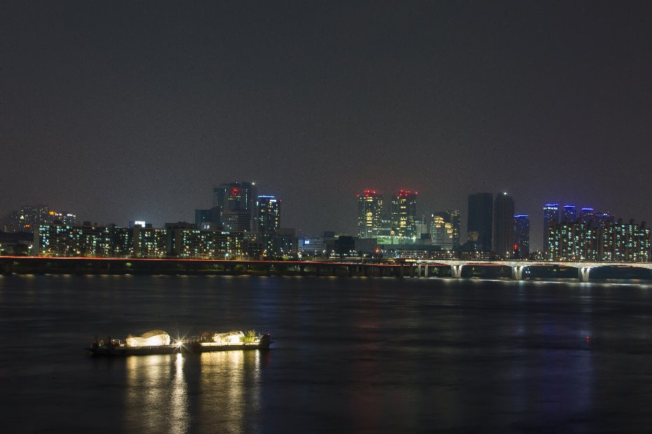 Floating Art Gallery in Han river.jpg