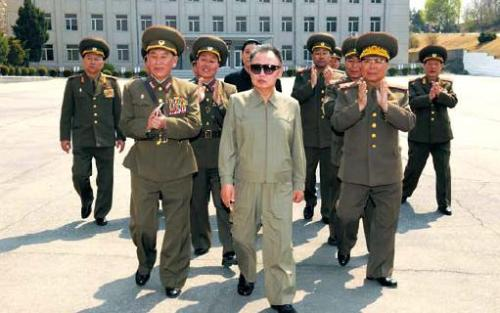 Kim Jong-il (center) is shown visiting the reconnaissance bureau of North Korea's army in this photo released by the North's state media Monday. To his left is Kim Young-chol, chief of the unit.  Yonhap News