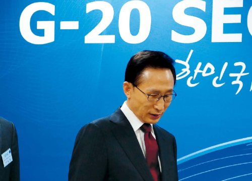 President Lee Myung-bak attends a meeting on preparations for the G20 summit in Seoul on Tuesday. Lee Gil-dong/The Korea Herald