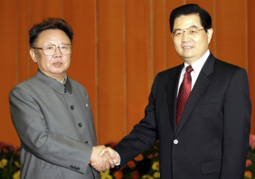 North Korean leader Kim Jong-il and Chinese President Hu Jintao pose for a photo before a summit in Beijing in January 2006. Yonhap News