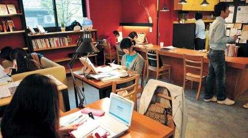 Customers at The 1st Penguin, a cafe in Anam-dong, concentrate on their studies. Chung Hee-cho/ The Korea Herald