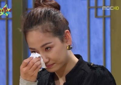 A screen capture shows Ye-eun, a member of Wonder Girls, wiping her tears while talking about her stint in the U.S. on a MBC TV talk show in November 2009.