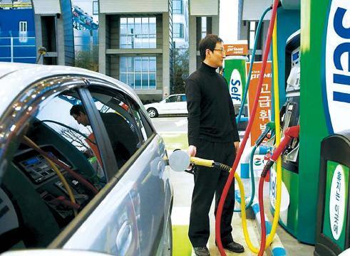 Argentina gas station selfservice women in spandex 4