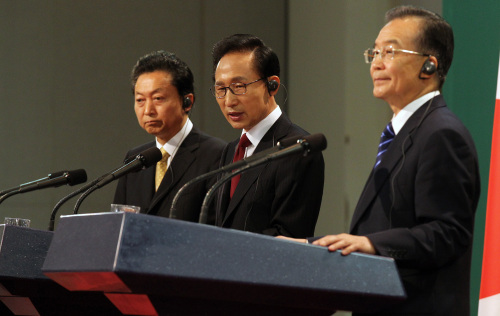 President Lee Myung-bak (center), Japanese Prime Minister Yukio Hatoyama (left) and Chinese Premier Wen Jiabao give a joint news conference after their trilateral summit on Jeju Island on Sunday. (Yonhap News)