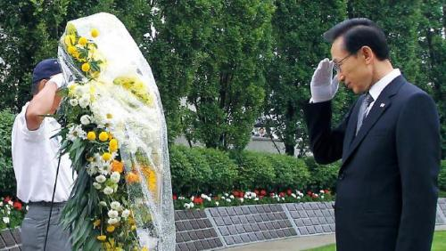 President Lee Myung-bak visits the Meadowvale Cemetery in Brampton near Toronto on Saturday to pay tribute to the Canadian soldiers who gave their lives in the 1950-53 Korean War. Yonhap News