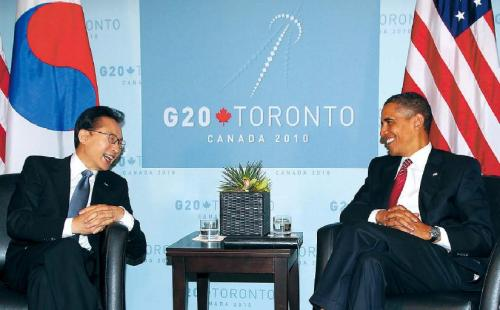 President Lee Myung-bak and U.S. President Barack Obama hold a summit in Toronto on Saturday. Yonhap News