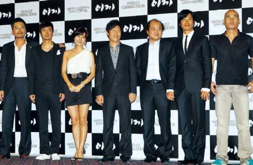 "The cast of director Kang Woo-suk's latest blockbuster ""Moss"" pose after the screening at the CGV Wangsimni in Seoul on Tuesday. (From left) Jung Jae-young, Park Hae-il, Yoo Seon, Yoo Hae-jin, Kim Sang-ho, Yoo Joon-sang and Kim Joon-bae. Yonhap News"