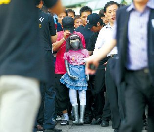 Kim Soo-cheol demonstrates how he kidnapped and raped a schoolgirl in Seoul last month. Yonhap News