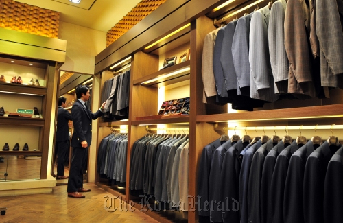 Classic suit multi shop attracts fashion savvy men-프린트화면