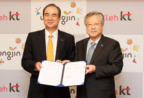 KT chairman Lee Suk-chae (right) and Yoon Seok-keum, chairman of woonjin group pose for aphoto after sigining an agreement for a smartphone fund creation. KT Corp.