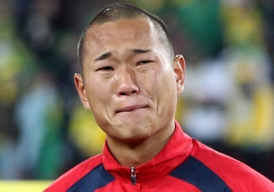 North Korean striker Jong Tae-se shed tears ahead of a match with Brazil during the World Cup in South Africa. (Yonhap)
