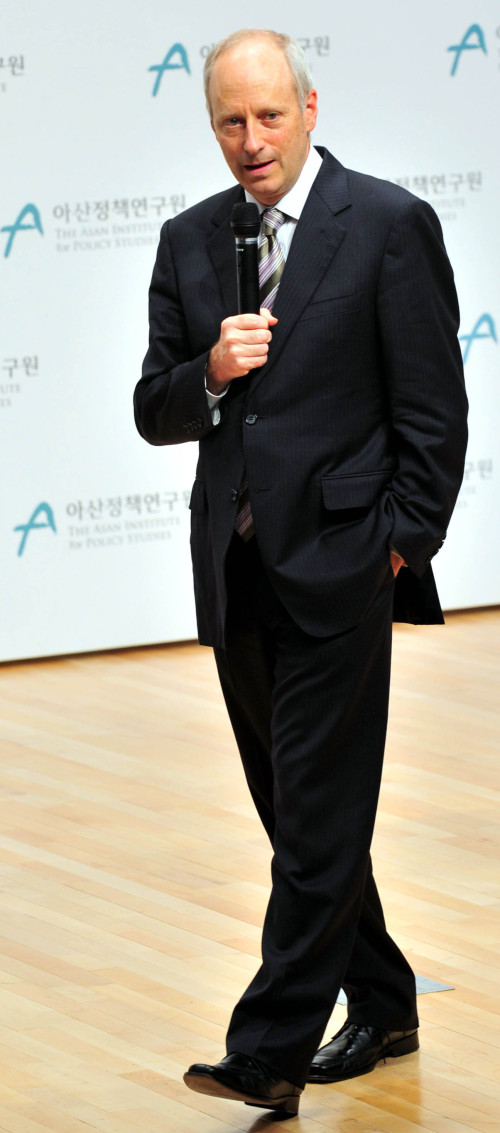 Michael J. Sandel speaks at a lecture at the Asan Institute for Policy Studies in Seoul. Lee Sang-sub/The Korea Herald