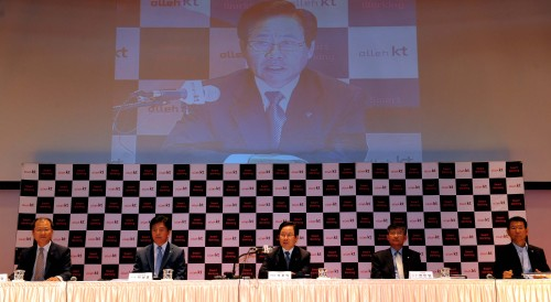 Suk Ho-ick (center), vice chairman of the corporate relations group at KT, speaks of KT's plan to introduce a smart working system next month at a press conference in Seoul on Monday. Ahn Hoon/The Korea Herald