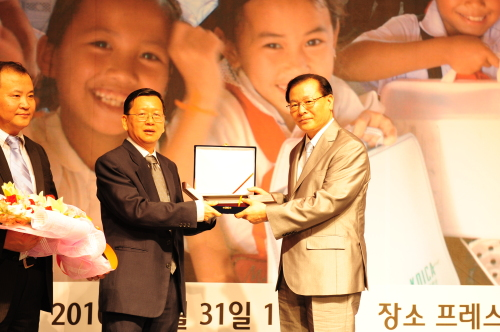 Asia Journalist Association Chairman Ivan Lim (second from left) hands a plaque to Park Dae-won, president of the Korean International Cooperation Agency, at a ceremony in Seoul on Tuesday. (KOICA)