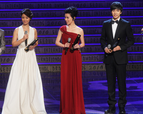 From left: Taiwanese actress and singer Ruby Lin, Hong Kong actress Charmaine Sheh, and Korean actor Lee Seung-gi receive awards in the netizens' favorite actor and actress categories at the Seoul International Drama Awards ceremony Friday. (Yonhap News)