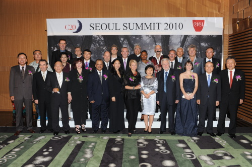 Guests at C20 gala dinner hosted by the Corea Image Communication Institute pose for photographs Friday at the COEX InterContinental Hotel in Seoul. (Courtesy of CIC)