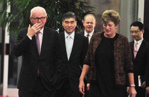 Stephen Bosworth (left), U.S. special envoy on North Korea, and U.S. Ambassador to Seoul Kathleen Stephens enter the office of Unification Minister Hyun In-taek for talks Monday. (Kim Myung-sub/The Korea Herald)