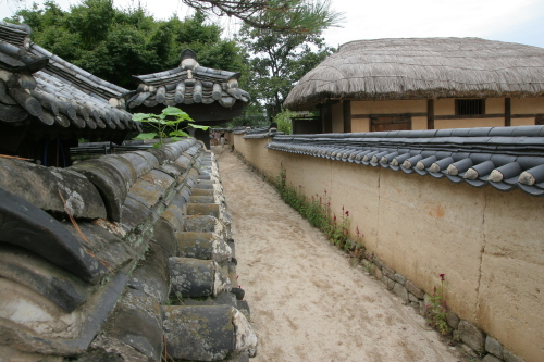 The Hahoe Village has both tile-roofed and thatched-roofed traditional houses.(Kim Yoon-mi/The Korea Herald)