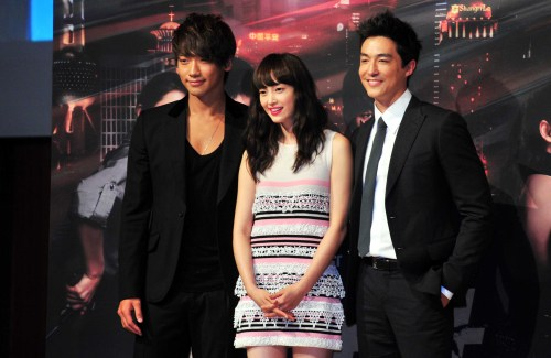 "From left are Rain, Lee Na-young and Daniel Henney, shown at a press conference for the KBS drama ""Fugitive Plan B"" on Monday at Lotte Hotel Seoul in Sogong-dong. (Kim Myung-sub/The Korea Herald)"