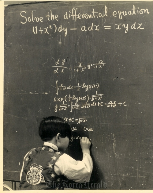 Kim Ung-yong, then aged seven, solves a differential equation in a Japan Fuji TV show in 1969. (Courtesy of Kim Ung-yong)