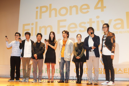 Participating directors and actors pose for photographers at the opening day of the inaugural iPhone 4 Film Festival held in Gwanghwamun's KT Olleh Square on Wednesday. (Yonhap News)