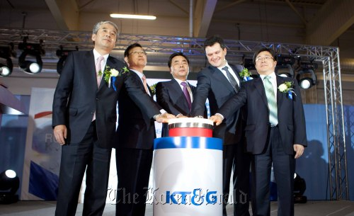 KT&G CEO Min Young-jin (third from left), Korean ambassador to Russia Lee Yun-ho (second from left), Kaluga Region deputy governor Maxim Akimov (fourth from left), KT&G Russia director-general Kang Hoon-gu and KT&G labor union leader Jun Yong-gil (left) push a button at the opening ceremony of KT&G's Russia plant on Friday. (KT&G Corp.)