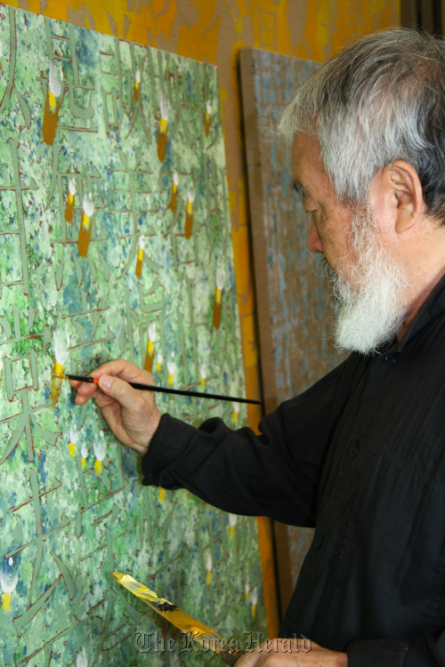 Kim Tschang-yeul paints one of his 'Recurrence' series pieces. (Gallery Hyundai)