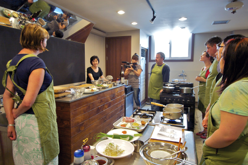 People attend a Korean cuisine cooking lesson at O'ngo Food Communications Culinary School in Nagwon-dong, Jongno-gu, Seoul. (Courtesy of O'ngo Food Communications)