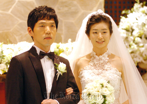 Baduk (go) master Lee Chang-ho (left) poses with his bride, Lee Do-yoon during their wedding ceremony at the Bailey House in Seoul, Oct. 28. (Yonhap News)