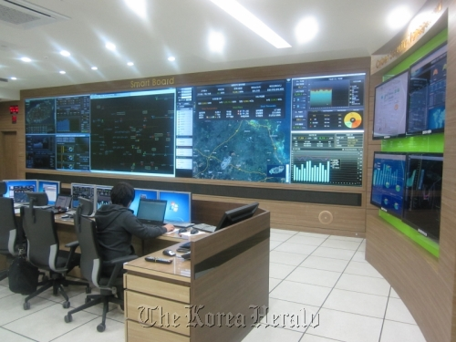 An engineer monitors the real-time electricity output and demand of the households in the Jeju smart grid test bed at the Total Operating Center. (Korea Smart Grid Institute)