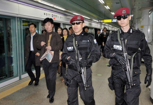 Police officers patrol at Gwanghwamun subway station in Seoul as part of special security measures Friday, six days ahead of the G20 summit. (Yang Dong-chul/The Korea Herald)