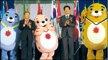 President of the IAGOC Lee Yun-taek (left) and Incheon Mayor Song Young-gil applaud after annoucing the emblem and mascots of the 2014 Incheon Asian Games on Nov. 4. (Yonhap News)