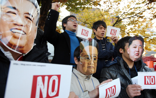 South Korean university students hold a rally against North Korea's hereditary power succession in Seoul early this month. (Yonhap News)