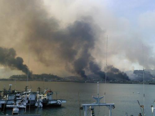 Smoke billows from Yeonpyeong Island on Tuesday after North Korean artillery shells struck it. (Yonhap News)