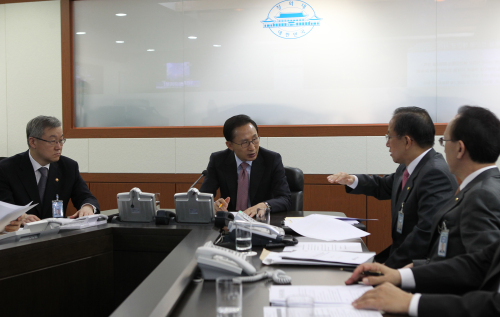 President Lee Myung-bak (center) presides an emergency meeting with top security officials following the North's artillery attacks of Yeonpyeong Island on Tuesday. (Yonhap News)