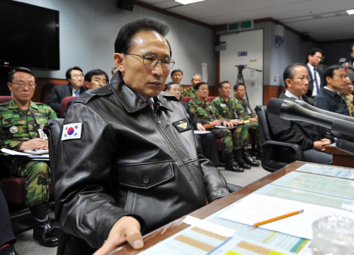 President Lee Myung-bak is briefed on North Korean artillery firings on Yeonpyeong Island Tuesday. (Yonhap News)