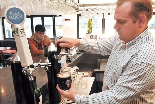 Craftworks Taphouse and Bistro consultant Dan Vroon pours Kapa Brewery's lean yet chocolately Geumgang Mountain Dark Ale straight from the tap at the Craftworks Taphouse and Bistro in Itaewon, Seoul on Nov. 26. (Chung Hee-cho/The Korea Herald)