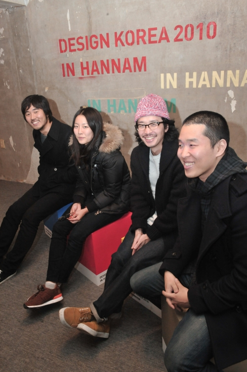 (From left) Film director and VJ Lee Kwon, artists Maia Ruth Lee, Peter Chung and Koh Sang-woo chat at The White House. (Chung Hee-cho/The Korea Herald)