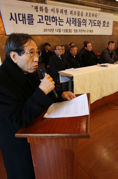Catholic priest Ham Sei-ung speaks during a press conference denouncing Cardinal Nicholas Cheong Jin-suk for his recent remarks on the four-rivers restoration project at the Franciscan Education Center in central Seoul, Monday. (Yonhap News)