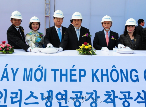 POSCO and Vietnamese government officials including POSCO CEO Chung Joon-yang (third from left), Vietnam's Deputy Minister of Industry and Trade Ho Thi Kim Thoa (second from left) and POSCO president Choi Jong-tae (second from right) take part in the ceremony for POSCO VST's new plant in Dong Nai Province in south eastern Vietnam on Monday. (POSCO)