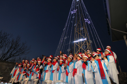 A Seoul church holds a ceremony Tuesday night to turn on Christmas lights on a steel tower on a mountain peak named Aegibong near the DMZ for the first time in seven years.(Yonhap News)