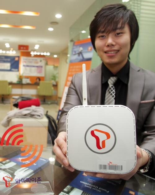 """A model demonstrates SK Telecom's """"data femtocell"""" service. (SKT)"""