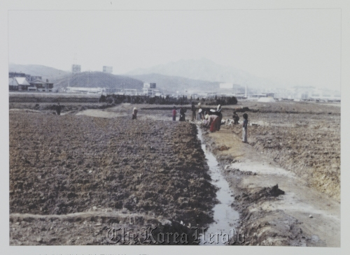 A nightview of modern Gangnam (above) and the barren land near the present-day Gangnam Bus Terminal in the 1980s. (Seoul Museum of History)