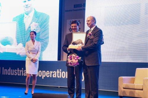 German Ambassador Hans-Ulrich Seidt (center) hands the Leading Investor award to Merck Korea President Juergen Koenig. (EUCCK)