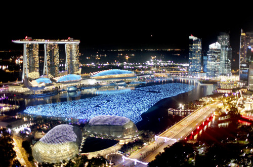 The financial skyline is lit while the newly opened Marina Bay Sands casinos (left) tower over the bay area as they await New Year's day countdown in Singapore on Dec. 31, 2010. (AP-Yonhap News)