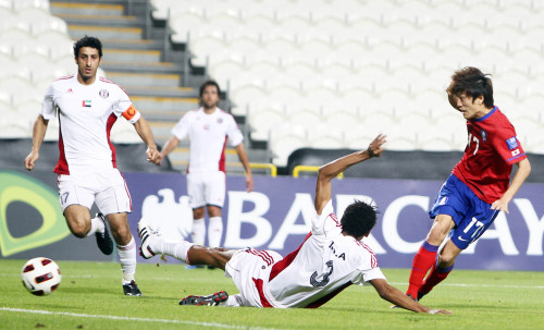 Korea midfielder Lee Chung-yong fires a shot against Al Jazira. (Yonhap News)
