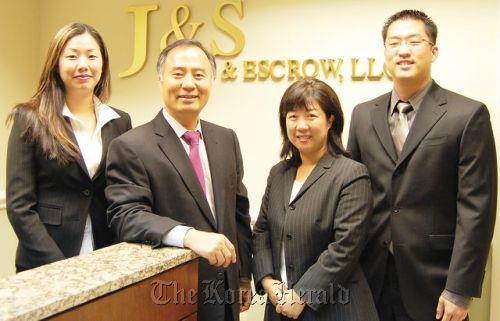 Chun Jong-joon (second to the left) at his Washington law firm with his colleagues.