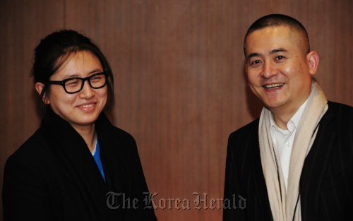 Song Yige (left) poses with renowned Chinese artist Zeng Fanzhi at Hotel Shilla in Seoul, Wednesday. (Park Hae-mook/The Korea Herald.)