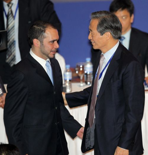 Chung Mong-joon (right) congratulates Jordan's Prince Ali bin al-Hussein after losing his FIFA title Thursday. AFP-Yonhapnews