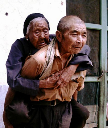 Wang Shikuan, 76, takes his 100-year-old mother to the workplace on the far site of another village in Zaozhuang city, East China's Shandong province on August 4, 2010.[Photo/Zaozhuang dzwww.cn]